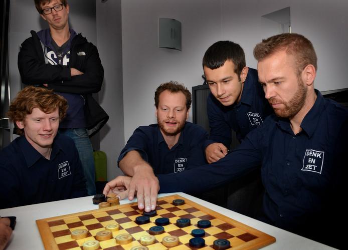 Bas Messemaker (baard) analyseert op archiefbeeld met zijn teamgenoten een wedstrijd na die hij heeft gespeeld. Messemaker won als enige zijn partij in het 10-10 gelijkspel.