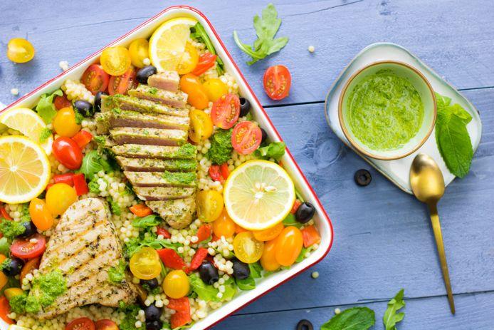 Siciliaanse parelcouscoussalade met tonijnsteak en salsa verde