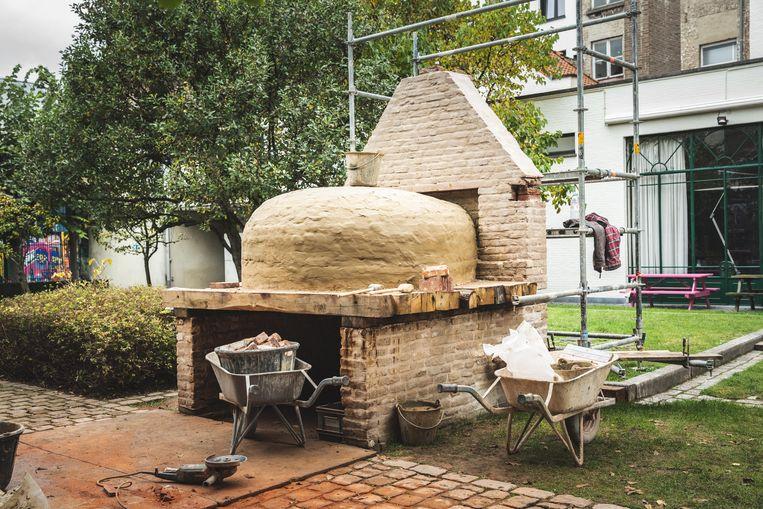 De traditionele oven in aanbouw.