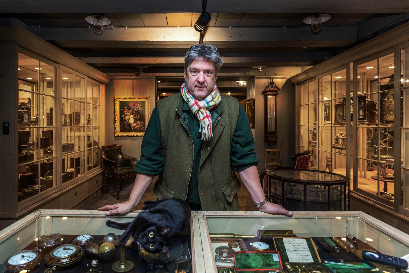 Antiquair en kunstverzamelaar Bert Degenaar, bekend van het tv-programma Van onschatbare waarde, geeft de plaquette in bruikleen aan Slot Zuylen.