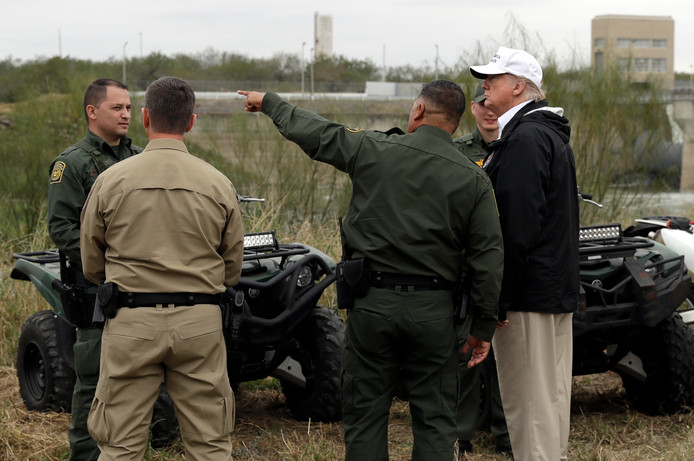Grensbewakers geven de Amerikaanse president uitleg over hun werk.