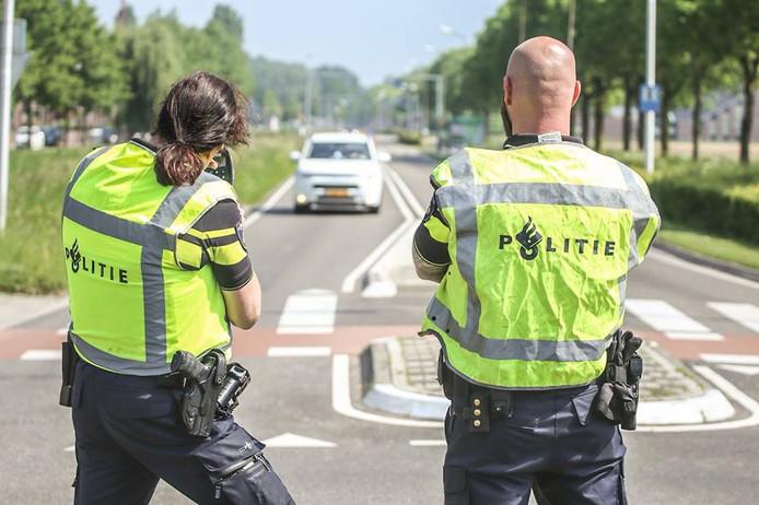 Agenten doen een snelheidscontrole op de Sportlaan in Puttershoek.
