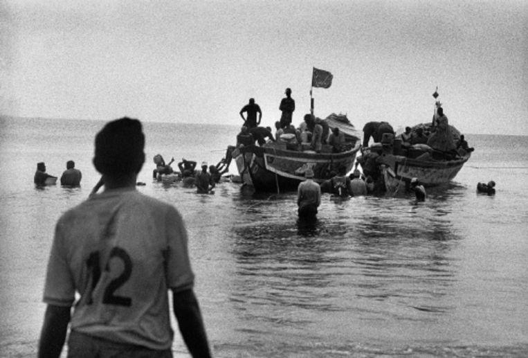 In gammele bootjes staken Afrikanen enkele jaren geleden over van Marokko naar de Canarische eilanden. (FOTO PIET BLANKEN) Beeld