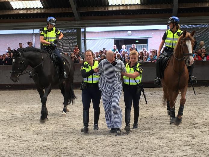 Agenten en hun paarden lieten zien hoe ze boeven inrekenen.