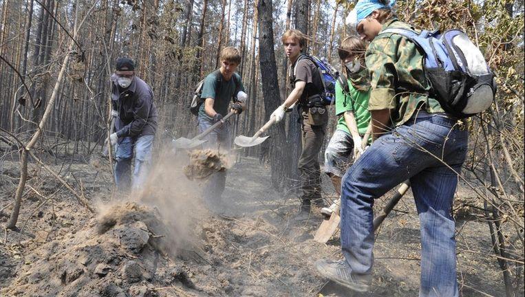 Vrijwilligers werken met man en macht om de branden te bestrijden.