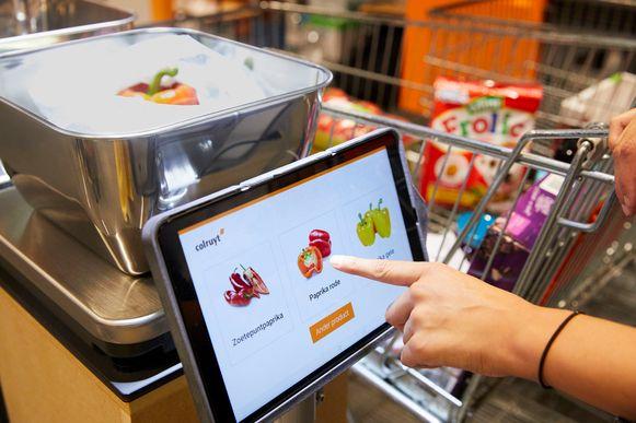 Het systeem geeft het herkende product op een tablet weer, waarna de klant al dan niet bevestigt.