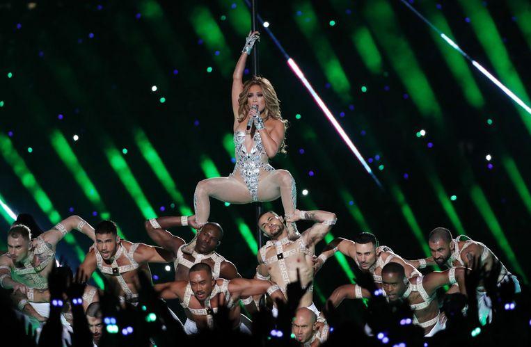 Jennifer Lopez met een groep dansers.