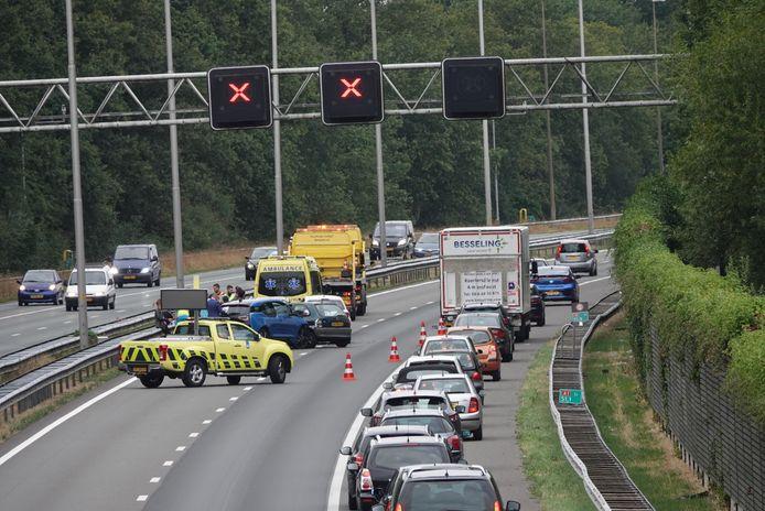 Als gevolg van een kettingbotsing bij Hoevelaken zijn op de A1 twee rijstroken dicht.
