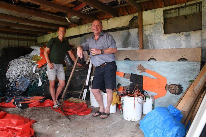 Rob Maas (links) en Ronald Maas (rechts) in de oude varkensschuur waar het allemaal begon. De schuur werd omgebouwd tot eerste kleedkamer en is nu het rommelhok.