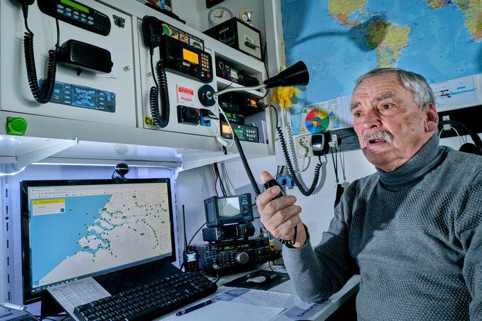 Bas den Braven heeft één van de kamers in zijn huis helemaal ingericht als radioruimte. Hij kan verbinding maken met de hele wereld.