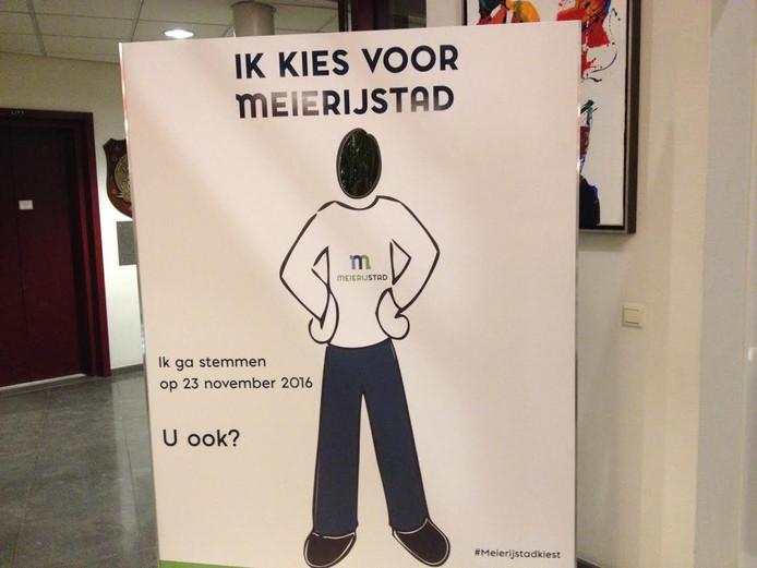 Dit bord met de oproep om te gaan stemmen, staat in het gemeentehuis van Schijndel.