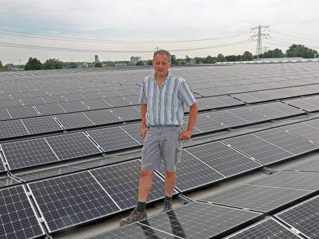 Tuinder verwarmt zijn kas  met 7150 zonnepanelen op dak