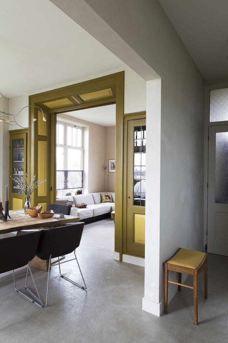 Silvester: 'De en-suitekast zorgt voor een scheiding tussen het eetgedeelte en de woonkamer aan de zuidzijde van het pand. De gele kleur had de kast van oorsprong al, maar wij 'm hebben wel opnieuw geverfd.' Beeld Jansje Klazinga