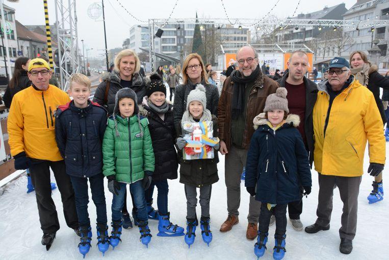 De 8-jarige Anouk Van Overmeiren werd vrijdag als 275.000ste schaatser in de bloemetjes gezet.