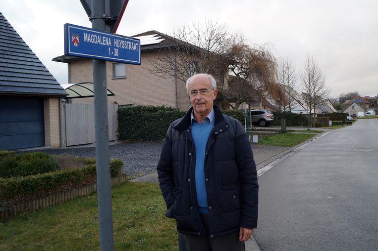 oud-burgemeester Michiel Van Daele in de straat die naar zijn moeder Magdalena Huys vernoemd werd. Het is de enige straat in Tielt die naar een vrouw verwijst.