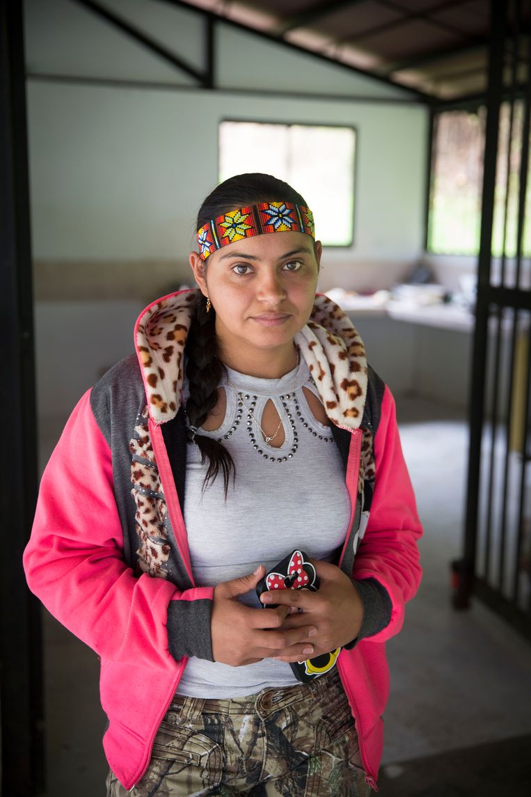Een voormalige Farc-rebel in het kamp bij Ituango. Beeld arie kievit