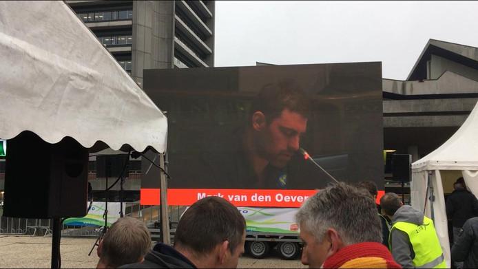 De toespraak van Mark van den Oever was buiten op het scherm te volgen