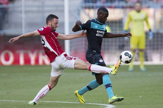 FC Utrecht speler Bart Ramselaar in duel met PSV speler Nicolas Isimat-Mirin .
