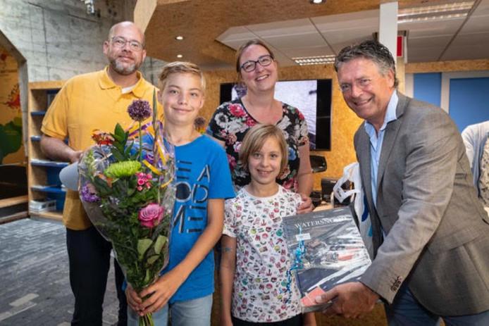 De familie Wijnoldij Daniels met rechts museumdirecteur Siemco Louwerse