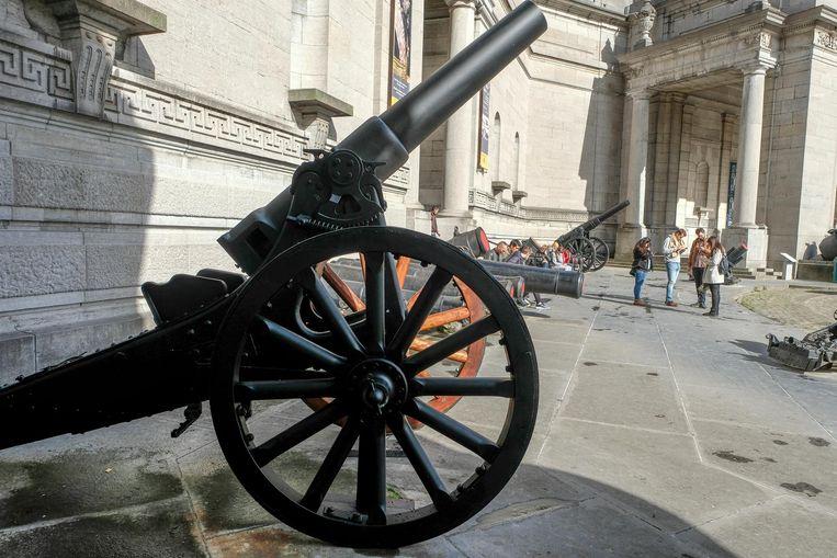 De twee kanonnen staan opgesteld aan de Esplanade in de buurt van het museum.
