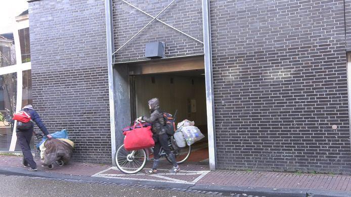 Zwervers die in de parkeergarage woonden, verlaten het pand met hun hebben en houden.