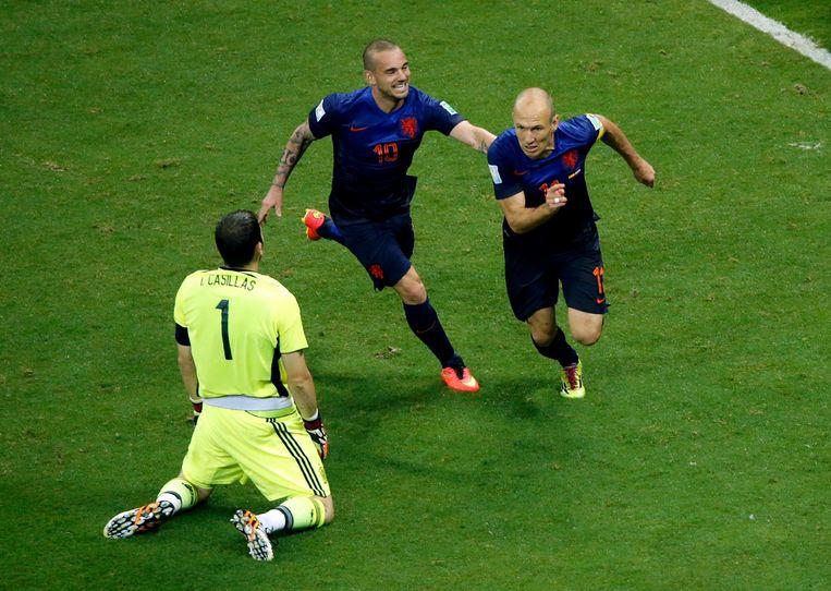 Arjen Robben (rechts) en Wesley Sneijder vieren de 5-1 tegen Spanje, terwijl de Spaanse doelman Casillas verslagen op de grond knielt. Beeld reuters