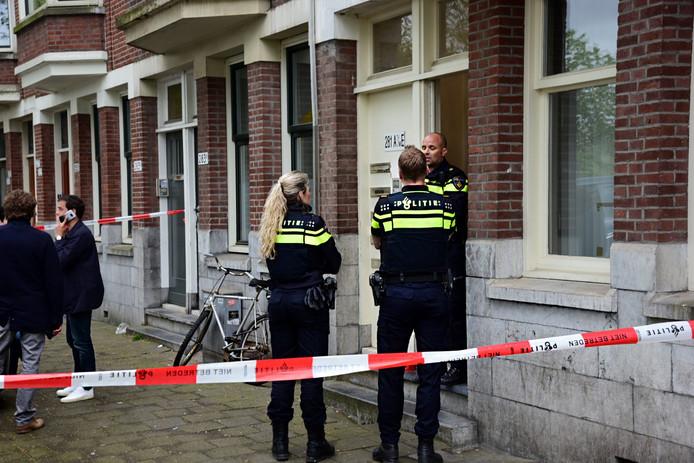 In de woning is volgens de politie het stoffelijk overschot van een zeven maanden oude baby aangetroffen.
