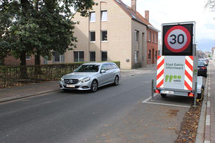 Ook in de Oostveldstraat mag je nu in een groot stuk nog maar 30 per uur rijden. En dat wordt regelmatig aangegeven door grote borden.
