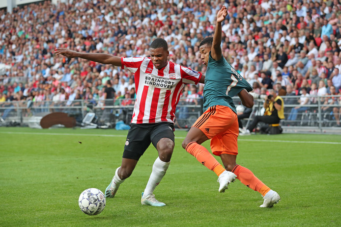 Denzel Dumfries in duel met David Neres.