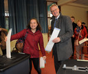 Studente Iris Vergeer mocht vanmorgen voor het eerst een stem uitbrengen; zij deed dat samen met Commissaris van de Koning Han Polman in het stembureau Acaciahof in Middelburg.