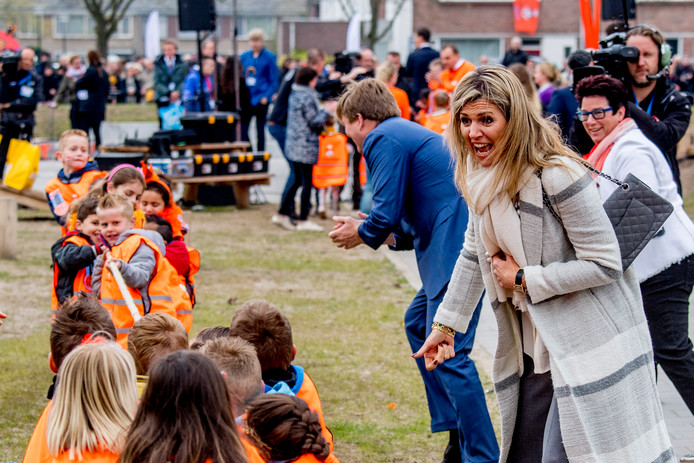 Koning Willem-Alexander en Koningin Maxima  op een basisschool in Veghel in 2017.