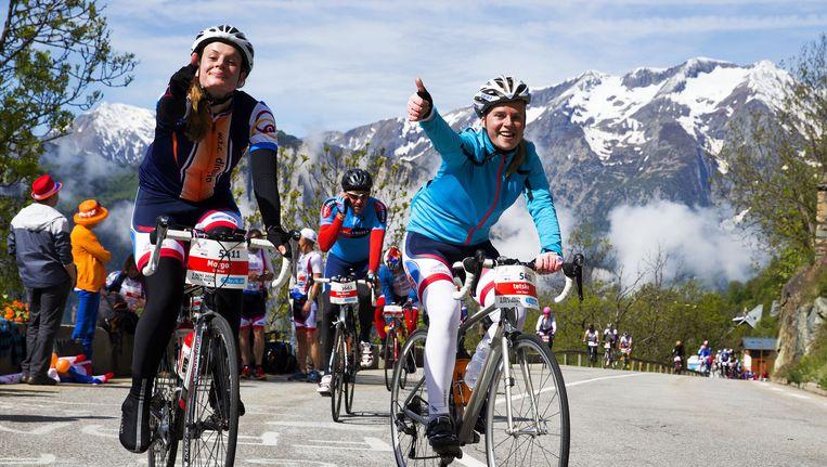 Deelnemers in actie op de Alpe d'Huez tijdens het jaarlijkse fietsevenement Alpe d'HuZes. Beeld null