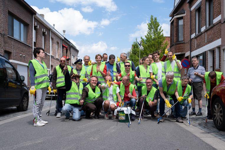 Mensen met een beperking rapen zwerfvuil op de Ragheno-site te Mechelen