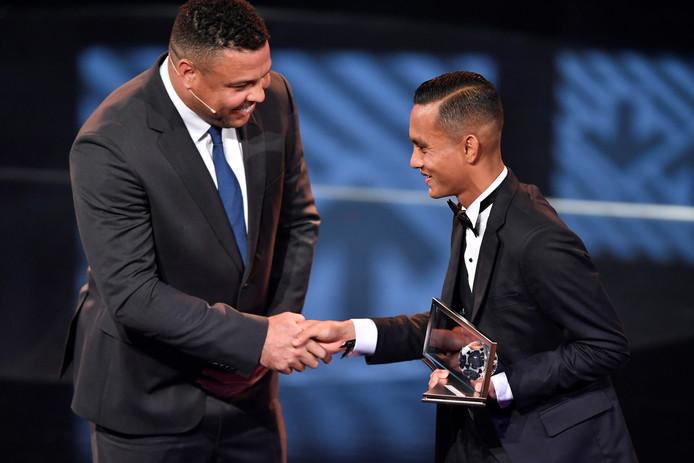 Mohd Faiz Subri (rechts) wordt gefeliciteerd door Ronaldo.