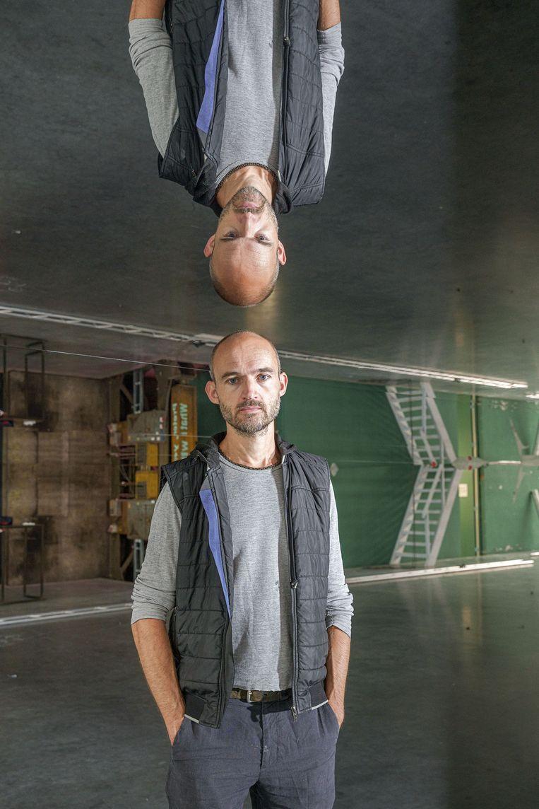 Dries Verhoeven in zijn performancekunstwerk 'U bevindt zich hier' Beeld Matthijs Immink