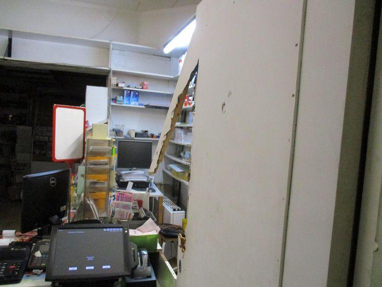 De inbrekers stampten deuren en rolluiken in, en haalden de hele winkel overhoop.