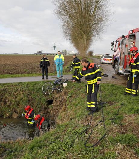 Welke fietser is het water ingevallen  aan de Kloosterweg in Raamsdonksveer - en er ook weer uitgeklommen?