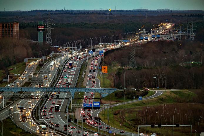 Fotograaf René Manders maakte deze foto met zijn 400 mm-lens vanaf de toren op het terrein van ASML, pal naast de snelweg.