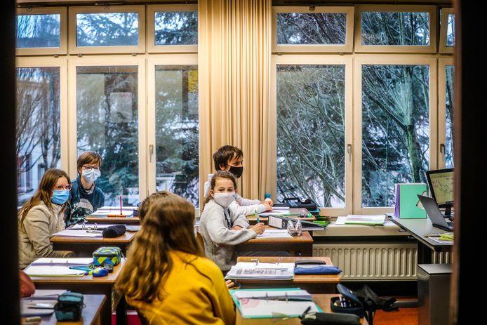De leerlingen in de Middenschool volgen les terwijl de ramen openstaan.
