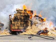 Vrachtwagen vol hooibalen in brand op N279 bij Ommel, weg urenlang dicht