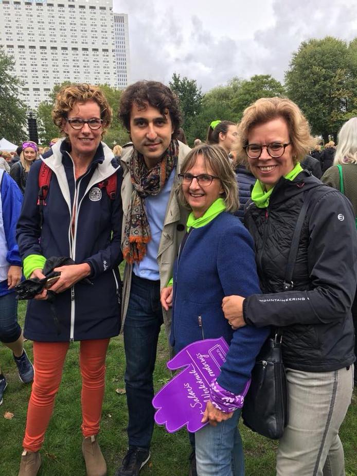 Anja Gort, Mary Overdevest en Sandra Claerhoudt (vlnr) gaan tijdens de protestmars in Rotterdam op de foto met Jesse Klaver.