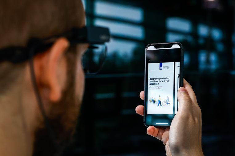 De corona-app CoronaMelder moet per 1 september worden gelanceerd. Uit een tijdlijn die het ministerie van Volksgezondheid heeft gepubliceerd, blijkt dat de voorgenomen landelijke introductie op die datum staat gepland. Beeld ANP