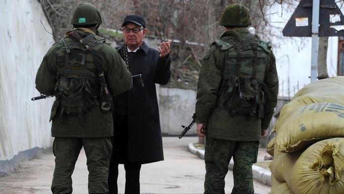 Een man in gesprek met Russische mariniers