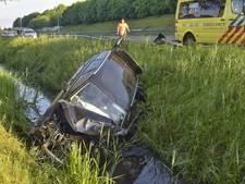 Bestuurder crasht in sloot langs A58 bij Tilburg