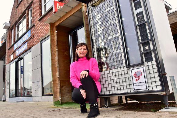 Isabel Devooght bij de broodautomaat.