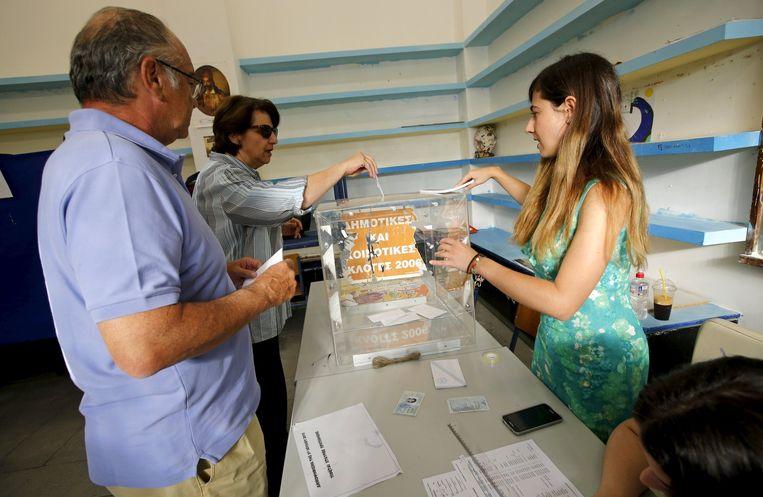 Inwoners van Athene brengen hun stem uit. Beeld reuters