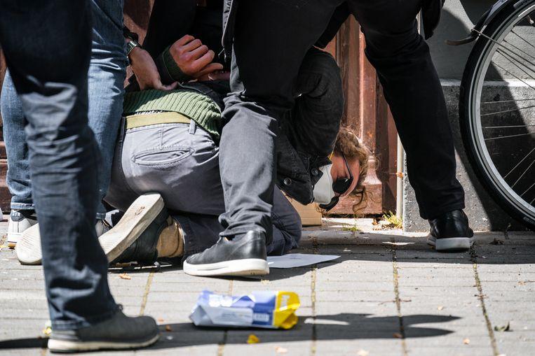Demonstrant Van den Elshout wordt op de Parade in Den Bosch door beveiligers van Thierry Baudet tegen de grond gewerkt.  Beeld Rob Engelaar