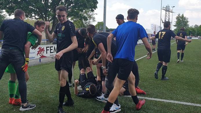 Borne-speler Danny van Laar krijgt kramp bij het vieren van zijn doelpunt.