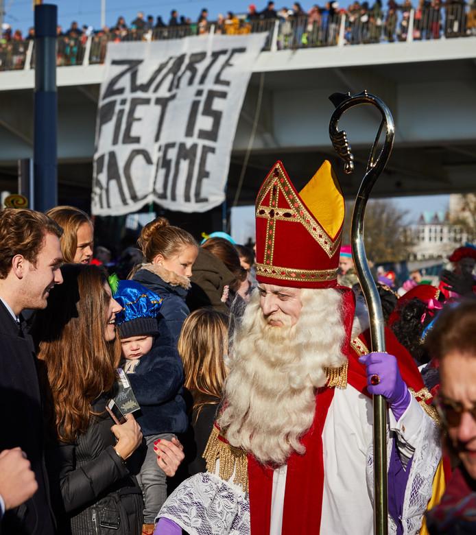 De aankomst van Sinterklaas in Rotterdam. Naast demonstraties van Kick Out Zwarte Piet op de Erasmusbrug, infiltreerden activisten van Pegida en Voorpost in de stoet.