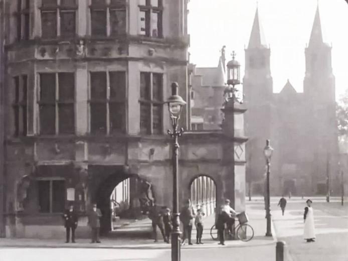 Arnhem, 101 jaar geleden. Duivelshuis met Walburgiskerk.